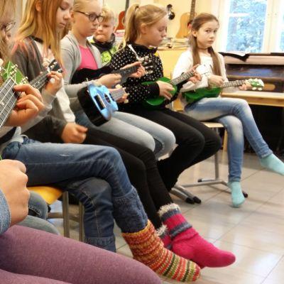 Simolan koulun oppilaat soittavat ukuleleja