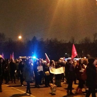 Mielenosoituskulkue Pitkälläsillalla.
