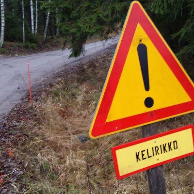 liikennemerkillä varoitetaan huonokuntoisesta tiestä.