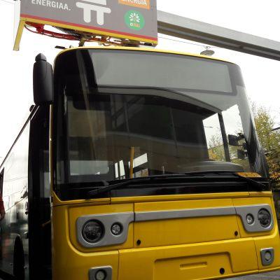 Kuljettaja Rami Wahlsten tarkkailee sähköbussin pikalatausaseman toimintaa Turun lentoasemalla.