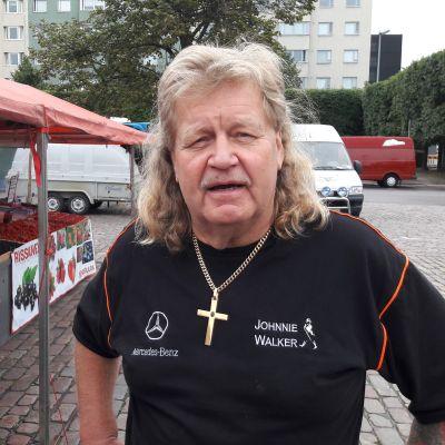 Torgförsäljare Matti Rissanen på Hagnäs torg.