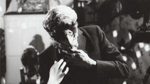 Lintupäinen mies. Kuva 22-Pistepirkon musiikkivideosta Birdy (1992), ohjaus Mika Taanila.