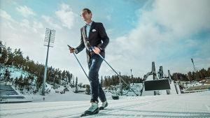 Juhani Seppänen hiihtää.