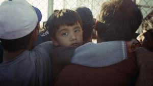 Dokumenttielokuva Tuntematon pakolainen, joka näyttää toisenlaisen totuuden turvapaikkaa hakevien elämästä.