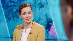 Marjaana Maijala tv-studiossa.
