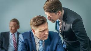 Presidentti-sarjan näyttelijät keskustelevat.