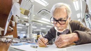 Hayao Miyazaki piirtää. Kuva dokumenttielokuvasta Mestari Miyazakin paluu.