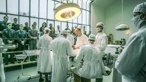 Leikkausta tehdään sarjassa Charité, yleisö seuraa katsomossa. (Toinen tuotantokausi)