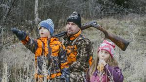Ari Turunen lastensa Moonan ja Veikan kanssa katsomassa luonnon ihmeitä.