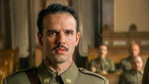 Hugo (Raúl Peña) everstiluutnantin univormussaan sarjassa La república - tasavalta