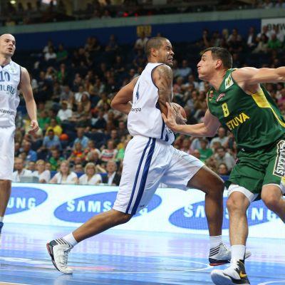 Gerald Lee Jr spelar basket mot Litauen