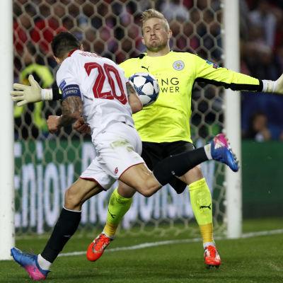 Vitolo försöker få bollen bakom Kasper Schmeichel.