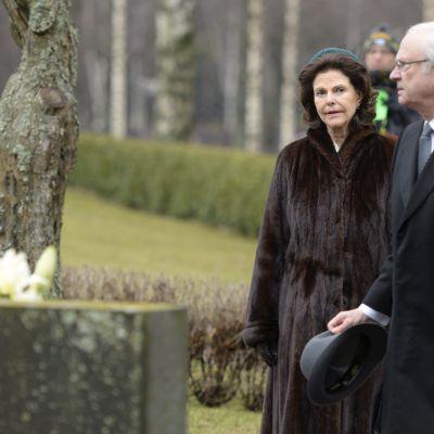 Vid kransläggningsceremonin på Sandudds begravningsplats.