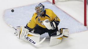 Pekka Rinne räddar en puck för Nashville.