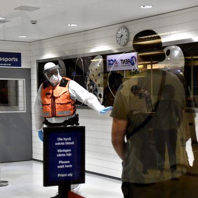 Resenärer som anländer från Skopje i Nordmakedonien på Helsingfors-Vanda flygplats.