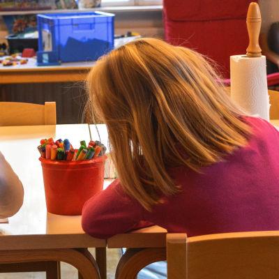 Barn som tecknar på daghemmet