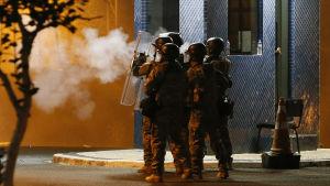 Brasiliansk polis avfyrar tårgas för att skingra Lulas anhängare i Sao Paolo.