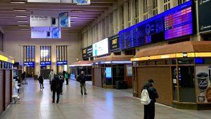 En tom väntesal på järnvägstorget i Helsingfors.