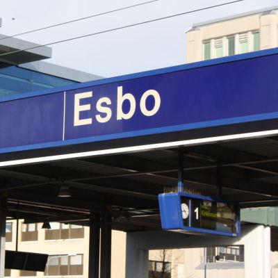 En skylt som markerar Esbo centrums tågstation.