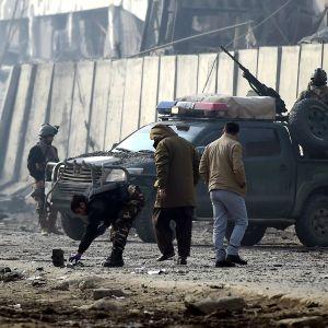En bilbomb, som dödade fyra personer och skadade över 100, detonerade i Kabul i januari 2019. Talibanerna tog på sig skulden för bombdådet.