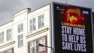 NHS:n mainos rakennuksen seinällä