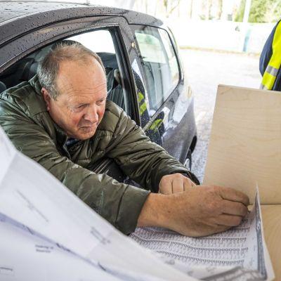 """I årets parlamentsval i Nederländerna är det möjligt att """"drive-in-rösta"""". Här röstar en holländare från sin egen bil."""