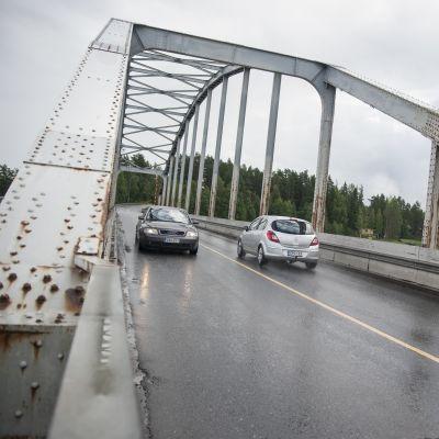 Autoja Jännevirran sillalla