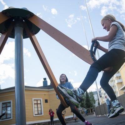 Lapset leikkivät koulun pihalla.