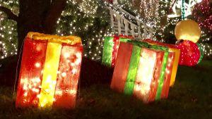 Upplysta juldekorationer i USA formade som färggranna julpaket.
