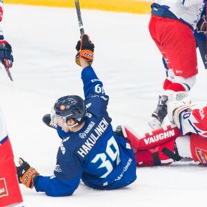 Anrei Hakulinen ligger på isen och jublar, pucken finns bakom den tjeckiska målvakten Simon Hrubec.