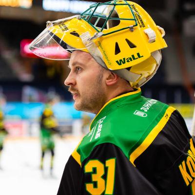 Ville Kolppanen snackar med Niko Hovinen.