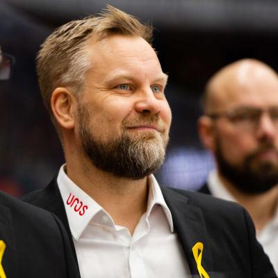 Mikko Manner ler på Kärpäts bänk 2020.