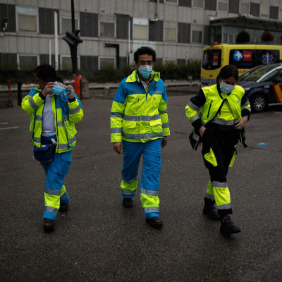 Ambulansläkare Navid Behzadi med två kollegor i Madrid