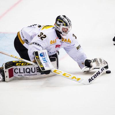 Joel Blomqvist stoppar pucken med plockhandsken.