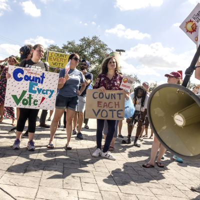 Demonstranter i Florida kräver omräkning av röster.