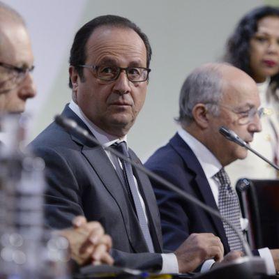 Frankrikes pesident Francois Hollande och utrikesminister Laurent Fabius vid klimatkonferensens avslutande presskonferens.