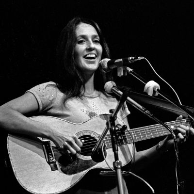 Joan Baez med akustisk gitarr