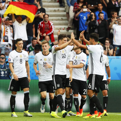 Lagkamrater klappar om målskytten Mario Gomez.