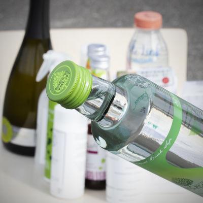 Koivunmahlaa pullossa ja muita mahlatuotteita.