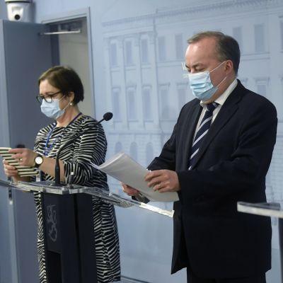 Från vänster direktör Anna Cantell-Forsbom (Social- och hälsovårdsministeriet), understatssekreterare Pekka Puustinen (Utrikesministeriet) och utvecklingschef Tarja Minkkinen (Inrikesministeriet) under en presskonferens 20.12.2020 om lägret al-Hol.