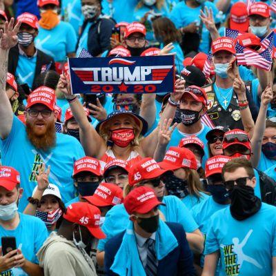 Yhdysvaltojen presidentti Donald Trump puhui kannattajilleen Valkoisen talon parvekkeelta 10. lokakuuta 2020.