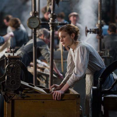 Maud (Carey Mulligan) står och funderar i tvätteriet där hon jobbar.