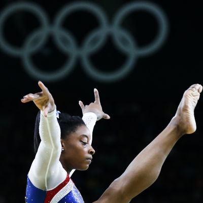 Simone Biles gymnastiserar.