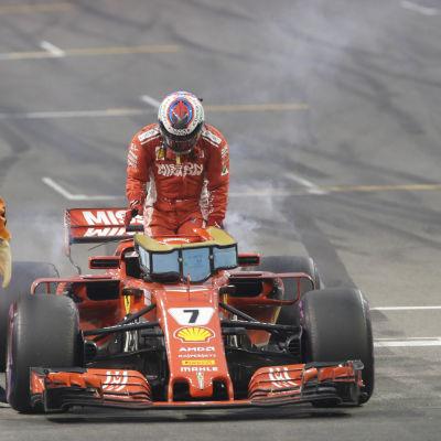 Kimi Räikkönen stiger ut ur sin bil.