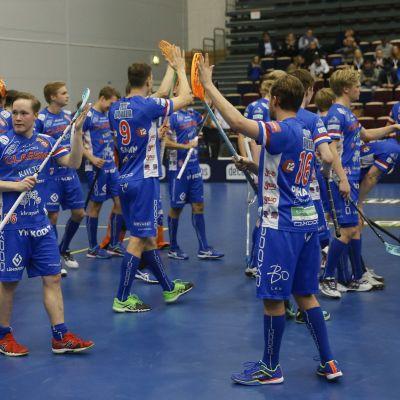 Vasemalla Krister Savonen (56), Classic, ja joukkue kiittäää myös vierasjoukkueen faneja miesten salibandyn Suomen cupin loppuottelussa Classic vs. Loviisan Tor Tampereella 20. tammikuuta 2018. Tamperelainen Classic voitti cupin 9-2.