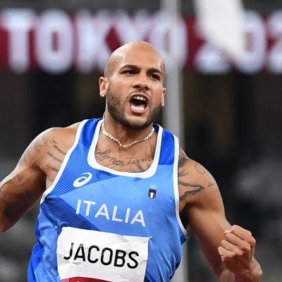 Italian Marcell Jacobs tuulettaa 100 metrin olympiavoittoa.