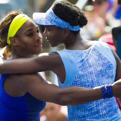 Venus Williams kramar sin lillasyster Serena Williams.
