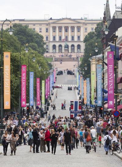En gata i Oslo med många människor på.