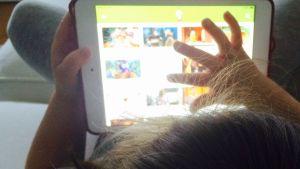 Flicka tittar på video på barnarenan