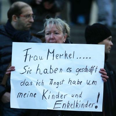 Demonstrant i Köln i Pegida-rörelsens demonstration 9.1.2016 efter de sexuella övergreppen på nyårsnatten